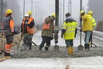 Stavba byla zahájena koncem srpna. Provádí ji sdružení tří firem: OHL ŽS, Subterra a Elektrizace železnic. Přestavba se týká železničního svršku i spodku. Pokládka první koleje bude dokončena v prosinci, jak bylo plánováno, a to i přes složité podloží.
