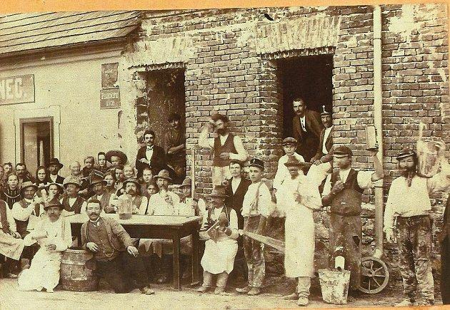 Na snímku z přístavby svrateckého Burešova hostince v roce 1907 se sice český génius Jára Cimrman nenachází, nicméně existuje značná pravděpodobnost, že je autorem fotografie, neboť stavby osvěžoven považoval za správnou věc a dokumentoval je.