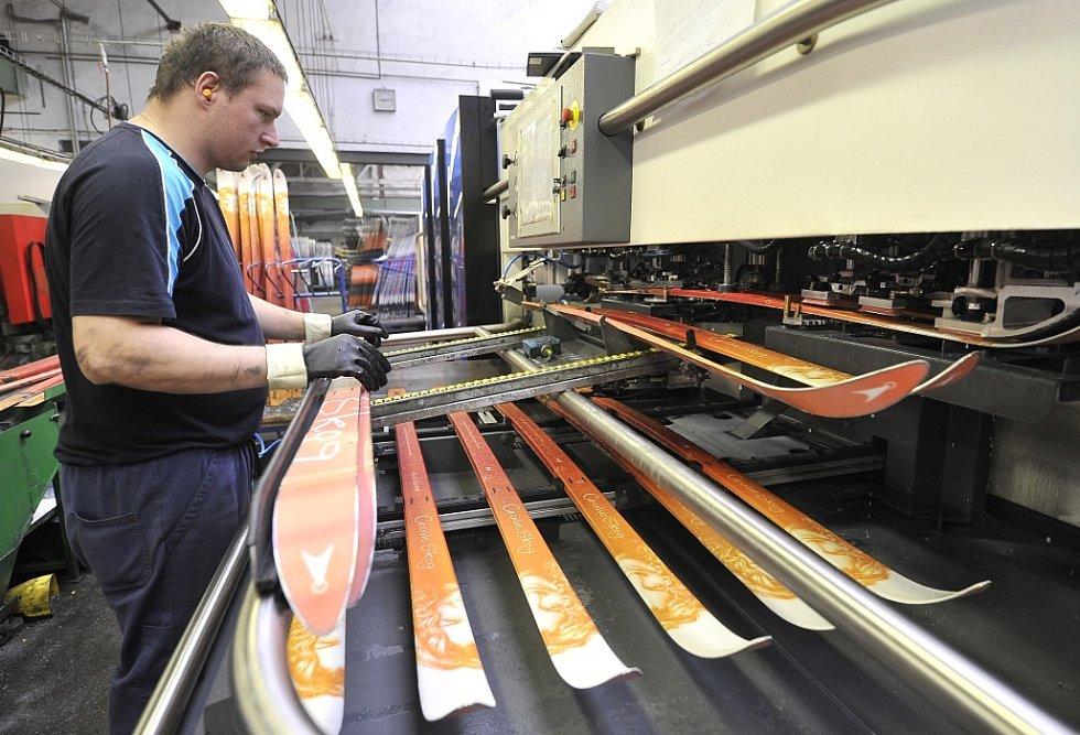 Novoměstský výrobce lyží Sporten získal další zakázky, díky nimž překlene zimní období se slabší poptávkou. Jde o kontrakty pro zavedené značky, jako je Faction a Roxy. Celková letošní produkce Sportenu by měla převýšit 100 tisíc párů lyží.