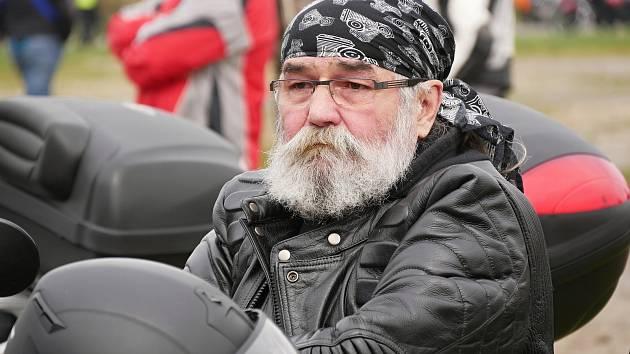 Otevírání silnic, jež se opět konalo v režii motoklubu Indian Givers, přilákalo v sobotu odpoledne i přes chladné počasí stovky účastníků.