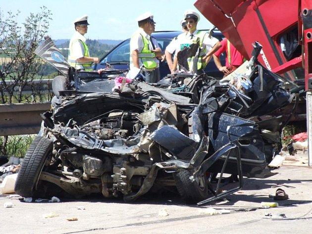 """Na """"dé jedničce"""" před dvěma lety zahynuli ve Škodě Favorit tři lidé – dva bratři ve věku patnáct a dvacet let a dvacetiletá dívka. Řidič byl těžce zraněn."""