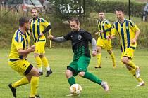 Shodně vydařený vstup do nové sezony prožili v 1. A třídě fotbalisté Počítek (v zelenočerném) a Měřína (v modrožlutém).