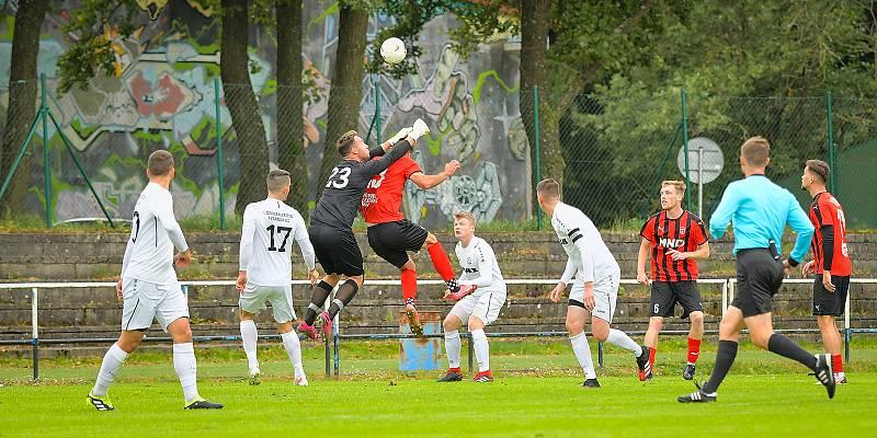 Tenisového kanára doma v neděli schytali fotbalisté Žďáru nad Sázavou (v bílém), když podlehli Hodonínu (v pruhovaném) vysoko 0:6.