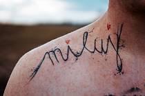 Tetování je nedílnou součástí Filipa Šustra.Každý obrázek či nápis má svůj význam.