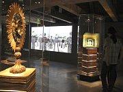 V barokní části expozice mají zastavení podobu šestihranných vitrín.