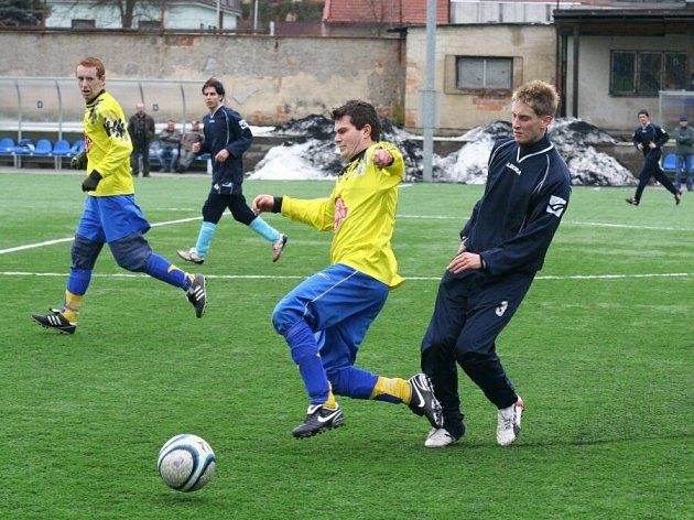 Fotbalisté Herálce (v tmavém) si v dosavadním průběhu zimní přípravy připsali jednu pouhou výhru.