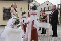 Snad každá nevěsta touží po tom, aby byl její svatební den tím nekrásnějším. O to se snaží i oddávající Stanislav Marek (na fotografii vpravo).