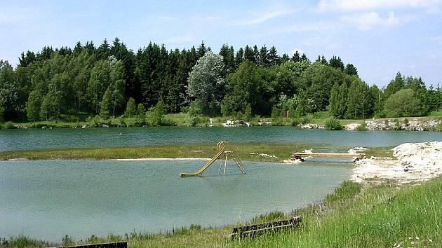 Jednou z nejčistších vodních ploch určených ke koupání ve žďárském okrese je v současné době zatopený lom v Dolní Rožínce na Bystřicku. Disponuje průhledností vody do 1,3 metru, její barva je modrozelená bez viditelného znečištění.