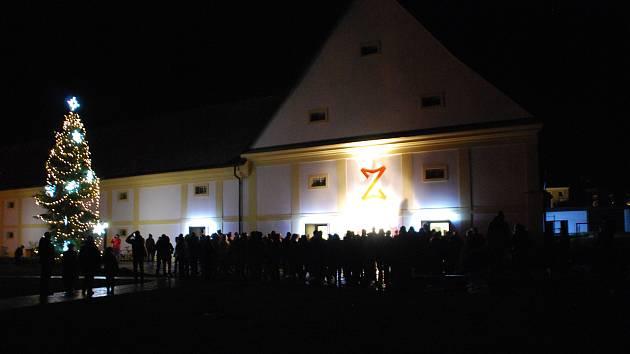 Rozsvícení vánočního stromu se uskutečnilo při příležitosti vánočního trhu, který se o víkendu v Zámku Žďár nad Sázavou koná.