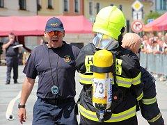 Ve vlastním potu se koupali hasiči na sluncem rozpáleném Vratislavově náměstí v Novém Městě na Moravě. V sobotu odpoledne se přímo v centru města konal třetí ročník soutěže Novoměstský železný hasič.
