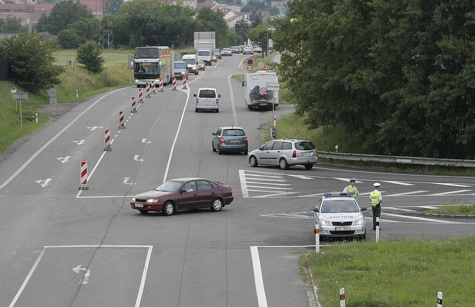 Na objízdné trase po takřka souběžných silnicích II/602 a II/390 vznikaly pouze drobné kolony   způsobené pomalejší jízdou kamionů. Na kritických křižovatkách dohlíželi na provoz policisté.
