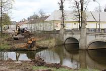 Dělníci už staví mostek z parkoviště u žďárského zámku v Santiniho ulici k restauraci Táferna. Lávky přes Stržský potok tak budou po obou stranách barokního mostu.