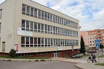 Více než dvacetiletou historii Školy ekonomiky a cestovního ruchu (ŠECR), která ve Žďáře fungovala od roku 1992, v ulici U Klafárku připomíná už jen nápis na budově.
