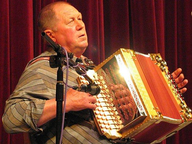Do posledního místa byl v sobotu zaplněn sál kulturního domu v Novém Městě na Moravě. Konalo se tam totiž historicky první novoměstské setkání harmonikářů. Na něm zahrál i Josef Kryštof.