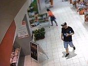 Policie hledá muže, který zneužil platební kartu.