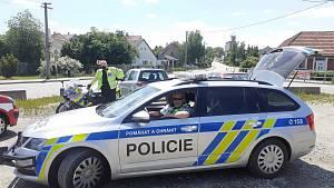 Pyrotechnici převezli pumu za policejního doprovodu na bezpečné místo.