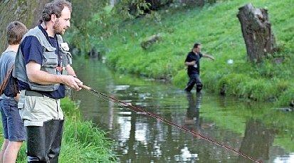 Jít na lov bez průkazu není žádný problém. Na rozdíl od těchto rybářů bez něj čtyřiadvacetiletý mladík chodí na ryby k Velkému Dářku na Žďársku už deset let.