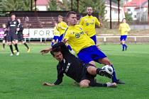 Ve čtvrtém kole moravskoslezské divize D zdolali fotbalisté Velké Bíteše (ve žlutých dresech) na domácí půdě FC Žďas Žďár (v černém) 2:1.