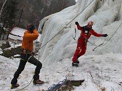 Ledovou stěnu Velké věže ve Víru první vyzkoušel Radek Jaroš (vpravo).