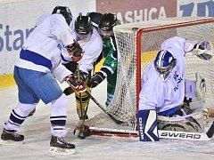 Hokejisté Rudolce se snaží zabránit útočníkovi Bohdalce v získání puku před jejich brankářem.
