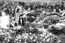 Pohřeb obětí tragédie ve Velkém Meziříčí se konal 13. května 1945 na novém hřbitově v Karlově.
