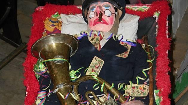 Rakev s muzikantem Masopustem je už tradiční součástí ostatkového veselí v Rozsochách. Na jeho hlavu se snesou hříchy všech lidí z vesnice a za ně je pak souzen a odsouzen.