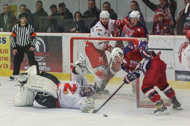 DOBOJOVÁNO. Hokejovým Plamenům (v bílém) letošní sezona skončila. Ve čtvrtém čtvrtfinálovém zápasu totiž doma podlehly Havlíčkovu Brodu a celou sérii prohrály poměrem 1:3.