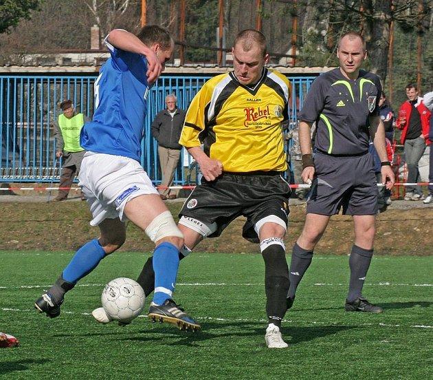 DRUHÝ VÝBUCH. Havlíčkobrodští fotbalisté (vpravo Martin Nepovím) v humpoleckém azylu opět neuspěli. Stejně jako s Blanskem i včera prohráli rozdílem tří gólů.
