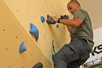 Novoměstský horolezec předevedl své umění na téměř sedm metrů vysoké stěně. Žáci jsou novinkou nadšeni