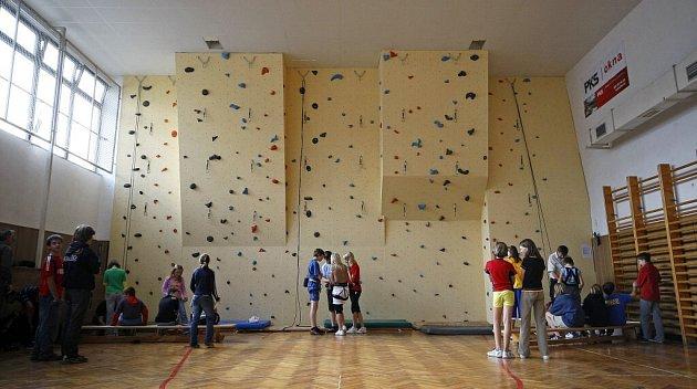 Základní škola ve Švermově ulici má novou lezeckou stěnu ve školní tělocvičně.