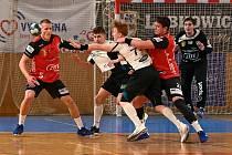 Extraligoví házenkáři Nového Veselí (v červených dresech) začali sezonu nedělní nečekanou výhrou v Plzni.