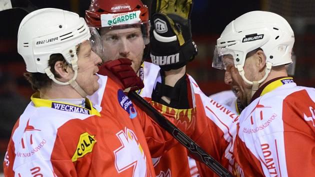 Michal Kaňka se raduje ze sedmého gólu, který dal po střele Pavla Staňka (vpravo) kalhotami.