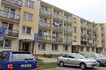 V přízemí domu v Haškově ulici je sedm bytů. Za výtah teď musí platit nájemníci všichni stejně, i když ho nepoužívají.