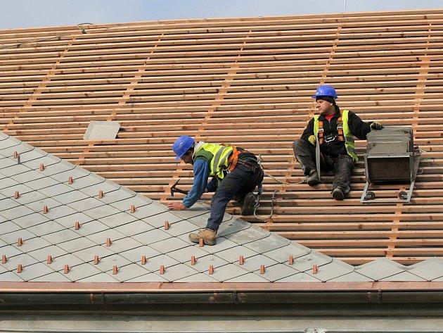 Na bývalém zámeckém pivovaru je v současné době dokončována střecha. Ta byla nejdříve rozebrána, aby mohly být umístěny nové krovy, a nyní se střešní krytina znovu skládá dohromady.