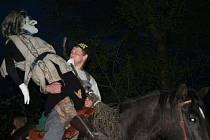Tradiční akce se v poslední dubnový den pravidelně odehrává také v Habří. Více než stovka lidí se sejde ve vesnici a následně odchází průvodem na místo konání. Čarodějnici, která má být upálena, nesou či vezou s sebou.