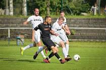 V pořádnou přestřelku se zvrhlo sobotní krajské divizní derby mezi fotbalisty Žďáru (v bílém) a Havlíčkova Brodu (v černém). Z výhry 5:2 se nakonec radovali domácí hráči FC Žďas.