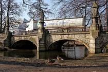 Přes žďárský historický most jezdí i těžkotonážní vozy.