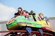 """""""Světští"""" opět zabrali prostranství u zimního stadionu ve Žďáře nad Sázavou a blízké okolí. I letos se hlavně děti mohou těšit na stovku kolotočů, houpaček a dalších pouťových atrakcí. Prodejních stánků je dvakrát tolik."""