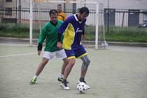 Poměrně úspěšně si v předposledním kole první ligy vedli fotbalisté Alka (v zeleném).