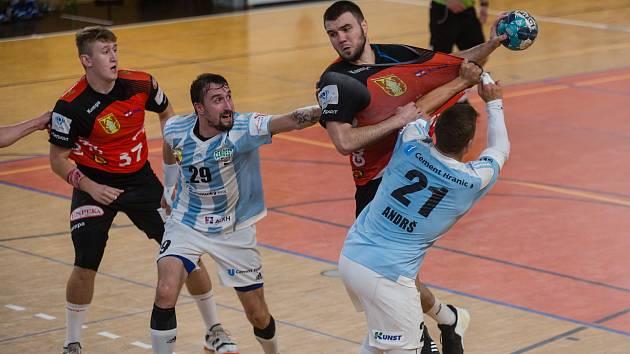 Sobotní dopolední souboj mezi házenkáři Hranic (v modrobílém) a Novým Veselím (v červených dresech) vyzněl pro mužstvo z Olomouckého kraje.