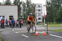 Jednou ze soutěžních disciplín, kterou museli školáci absolvovat, byla také jízda zručnosti na kole.