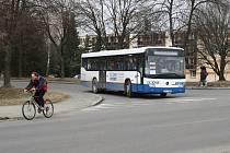 Kus dlažby vandal hodil na autobus krátce poté, co vůz vyjel od žďárského nádraží na Jihlavskou ulici.