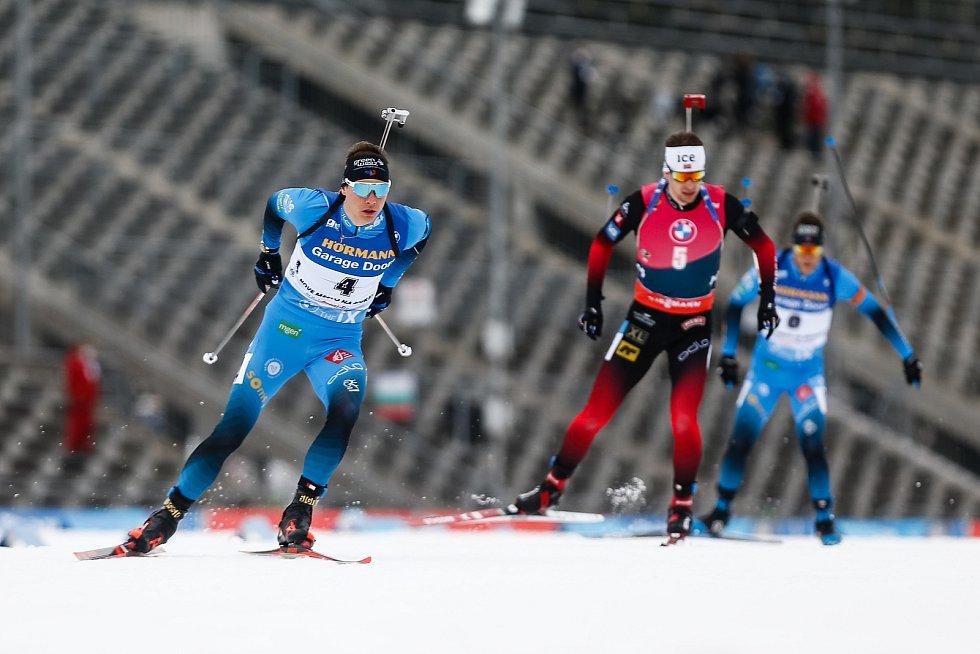 Emilien Jacquelin v závodu Světového poháru v biatlonu - stíhací závod mužů na 12,5 km.