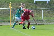 Bystřice (v červeném) doma podlehla Ždírci (v zelených dresech) 2:3 díky inkasované brance z 88. minuty.