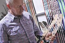 """""""Správný výběr lyží mnohdy rozhoduje o tom, jestli vás to na sjezdovce nebo běžkách bude vůbec bavit,"""" říká generální ředitel novoměstského Sportenu Ján Hudák."""