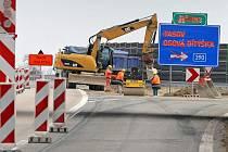 Po zimní pauze se stavbaři vrátili na dálnici D1. V úseku Lhotka Velká Bíteš začali s přípravnými pracemi na rekonstrukci úseku, kterou se loni nepodařilo dokončit.