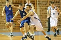 Agresivní obrana v podání Ivana Šafránka (uprostřed ve světlém) v kombinaci s přesnou rukou Michala Seidlera (vpravo) vnesla v začátku zápasu s Turnovem klid do žďárských řad. Basketbalisté jsou osm kol před koncem stále druzí.