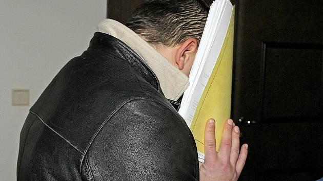 Radek Kunc přichází v policejním doprovodu k soudnímu líčení ve Žďáře nad Sázavou...