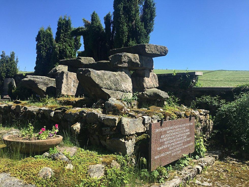 Pěticípou hvězdu i desku s písmeny psanými v azbuce někdo vytrhl a pohodil za pomník, pod kterým je pohřbený i tatínek Liboslava Zrůsta.