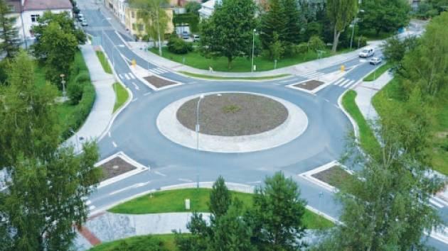 Okružní křižovatka pod ulicí Nádražní ve Žďáře.